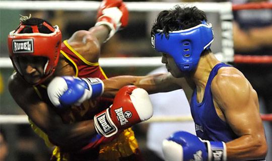 Dois homens lutando boxe
