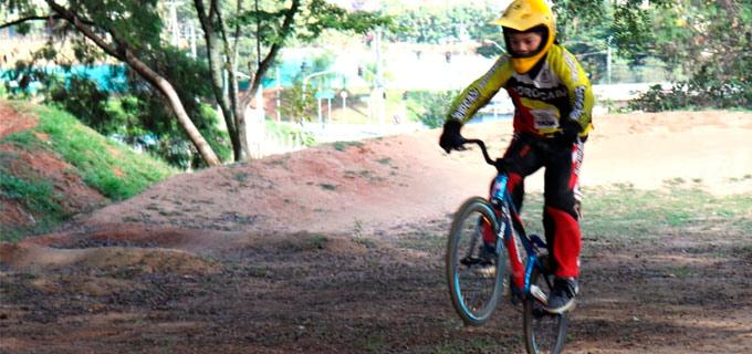 Criança praticando bicicross