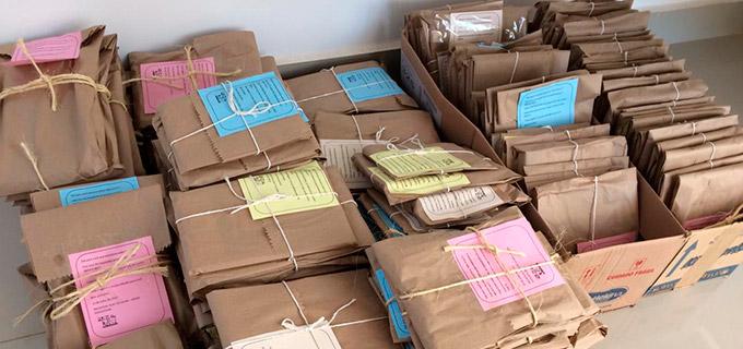 livros embrulhados com papel pardo