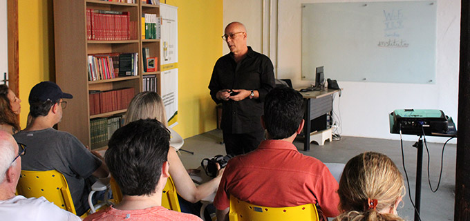 Homem careca apresentando uma palestra