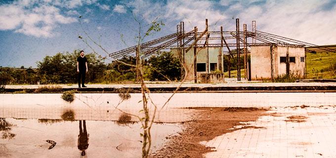rafael negrini num cenário de um lugar abandonado