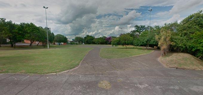 parque com gramado e calçadas