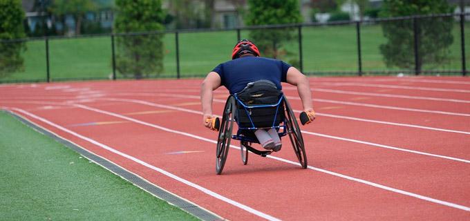 Cadeirante correndo em cadeira de rodas especial