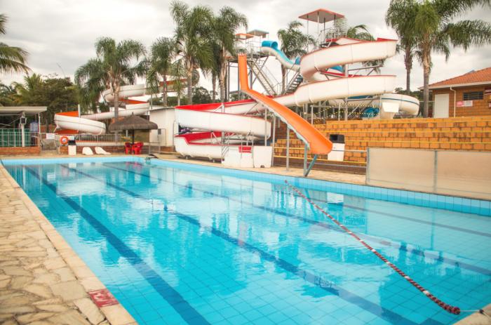 piscina com toboagua parque maeda e1602593910702
