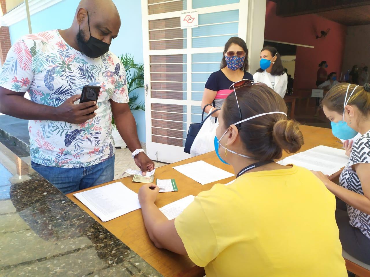 noticias.sorocaba.sp .gov .br sorocaba vacinou 3 594 profissionais de educacao whatsapp image 2021 04 09 at 20.37.47